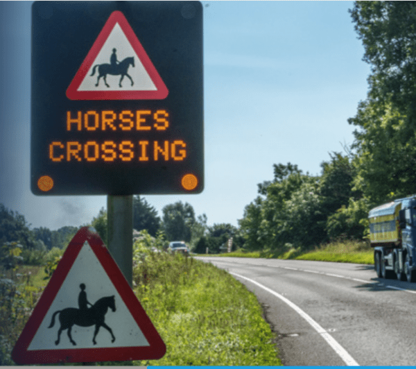 Warning sign helps equestrians cross safely 1